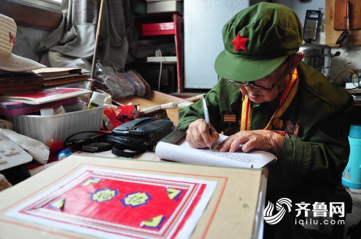3、7月11日,在山东乐陵一家敬老院内,李安甫老人正在撰写回忆录。.JPG