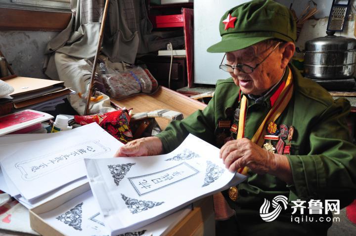2、7月11日,在山东乐陵一家敬老院内,李安甫老人正在整理自己撰写的回忆录。1.JPG