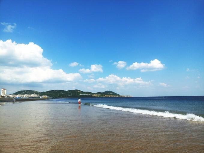 """山东""""清浒保沙""""避免用铲车粗放处理 沙滩被破坏打这个电话举报"""