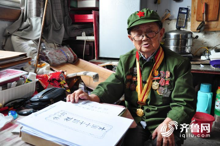 1、7月11日,在山东乐陵一家敬老院内,李安甫老人正在整理自己撰写的回忆录。.JPG