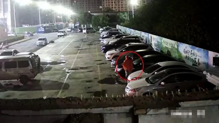 """55秒丨一口气连砸19辆车 潍坊这名神秘""""雨衣人""""被警方擒获"""