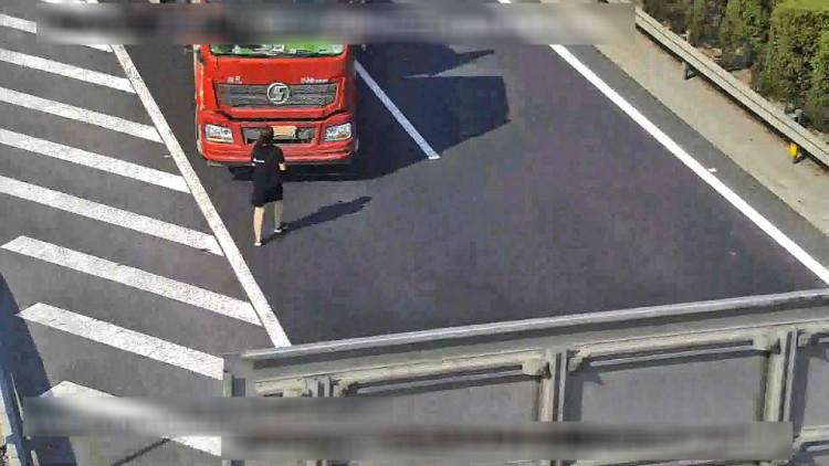 """61秒丨揪心!济宁一卡车高速路上倒车 竟""""人肉""""遮挡号牌"""