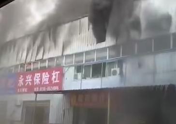 28秒丨湖北荆州318国道上一厂房发生火灾 火情仍在处理中