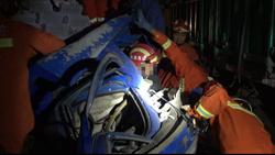 """61秒 交通事故现场司机险被青砖""""埋"""" 救援人员徒手搬砖救人"""