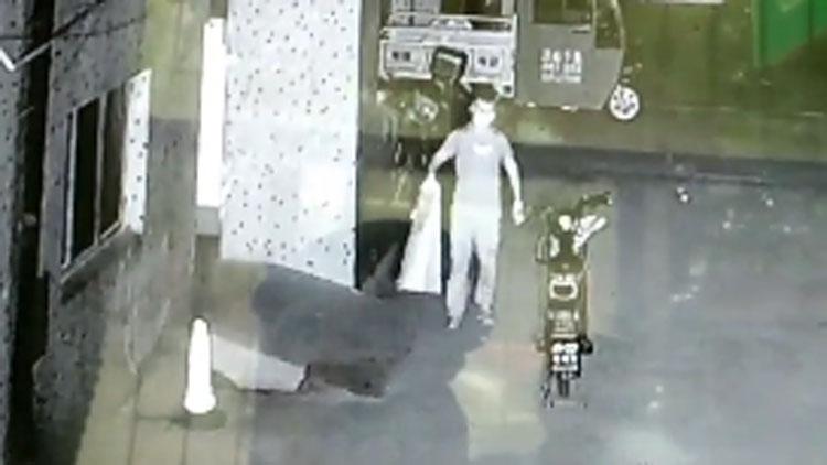"""26秒丨滨州邹平现""""电瓶大盗"""" 一晚能偷几十个"""