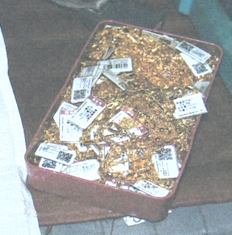 """45秒丨现实版""""飞天大盗""""!男子藏匿商场天花板偷247条金项链获刑10年"""