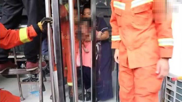 23秒丨揪心!滨州一女童被门缝卡头 提醒家长要当心