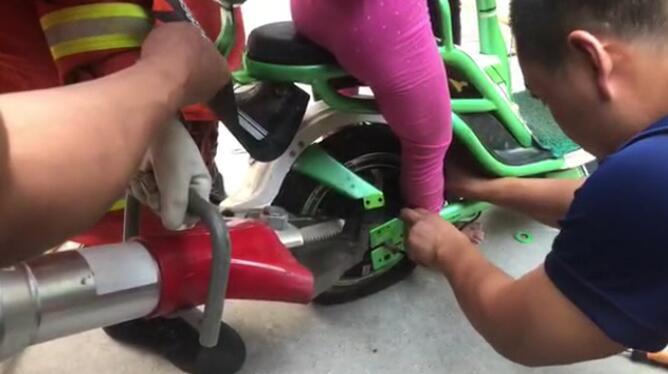 """淄博一女童脚卡电动车 消防员叔叔一边""""陪聊""""一边救援"""