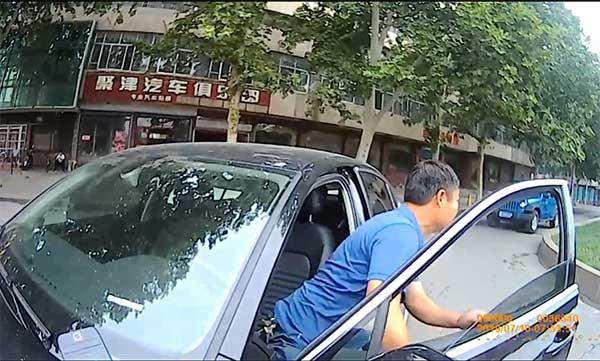 隔夜酒遇检查,淄博这名男子一脚油门拖着民警跑