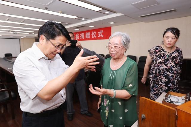 44秒丨79岁老人捐献8件光学产品 填补了青岛工商业历史的空白