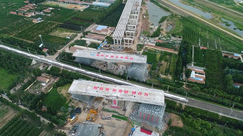 46秒|国内最大跨铁路转体桥在胶州转体 青岛新机场高速初步贯通