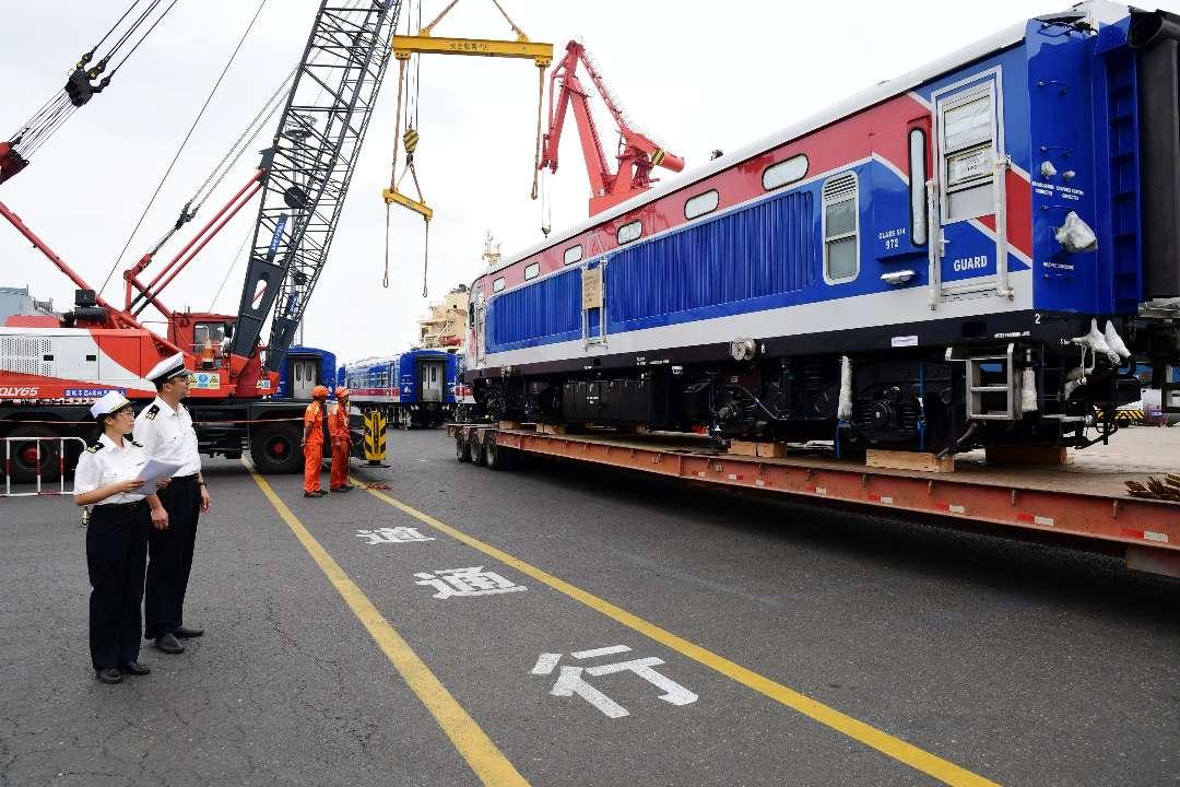 青岛:90辆国产动车组乘船发往斯里兰卡