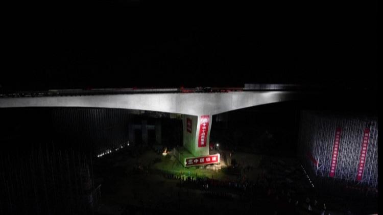 大桥转体30秒全纪录! 国内建筑面积最大跨铁路转体桥成功转体