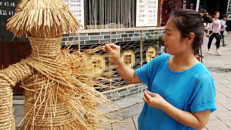 """74秒丨扎扎扎!潍坊这仨""""环保能手""""一天收集1万根废弃竹签"""