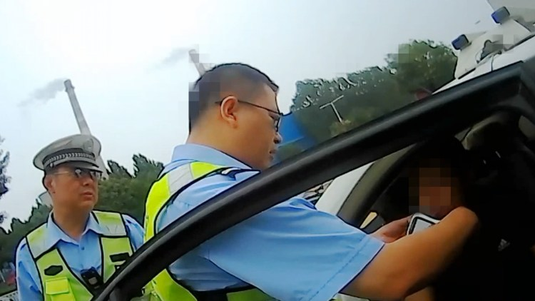 """59秒丨""""隔夜酒""""没醒就上路 潍坊昌乐货车司机一大早就被扣掉12分"""