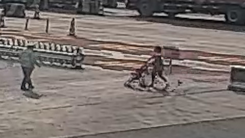 76秒丨菏泽:被丈夫扔在高速 女子独自推婴儿车横穿马路