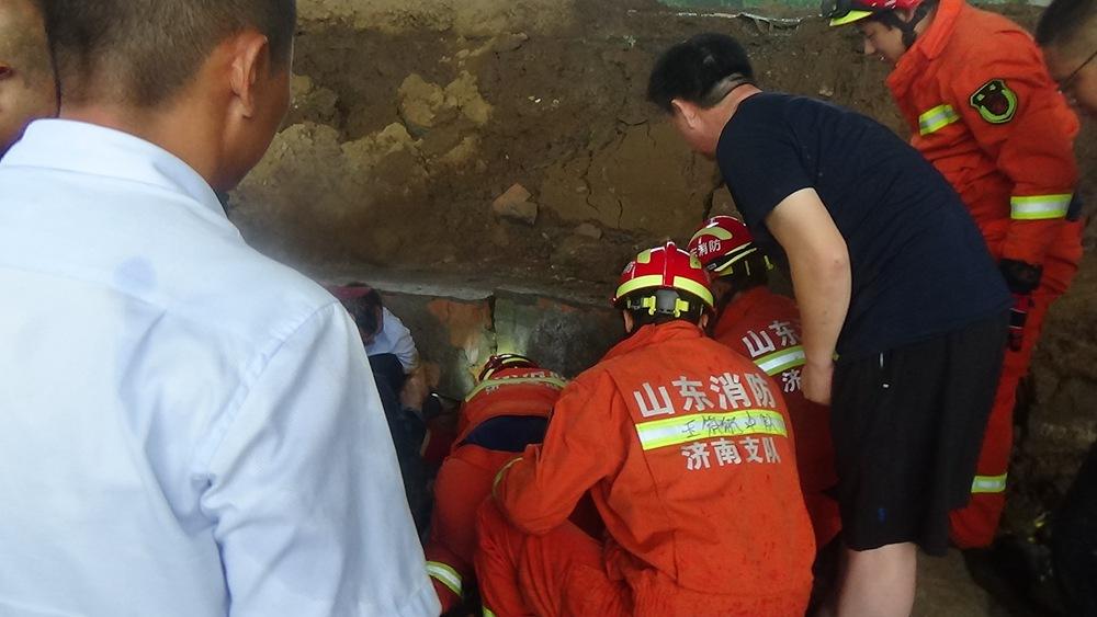 视频!济南长清一高速桥下发生围墙倒塌 造成2人轻伤1人死亡