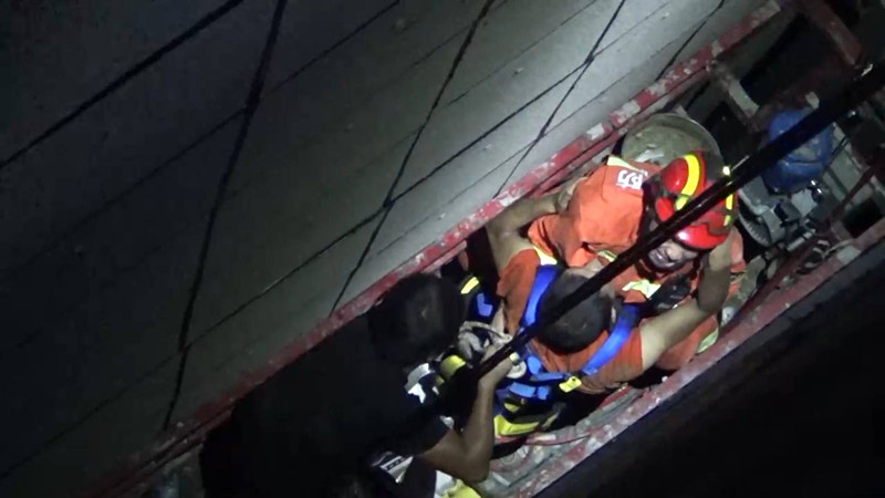 33秒丨菏泽两名施工人员从五楼坠下被困夹缝 消防员火速营救