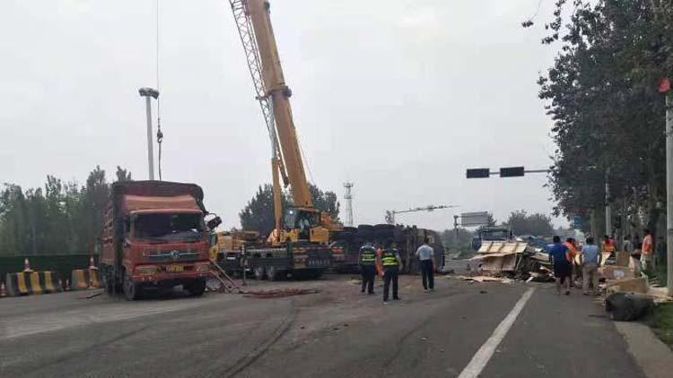 27秒丨滨州205国道邱家地段发生事故 大货车侧翻致堵车严重