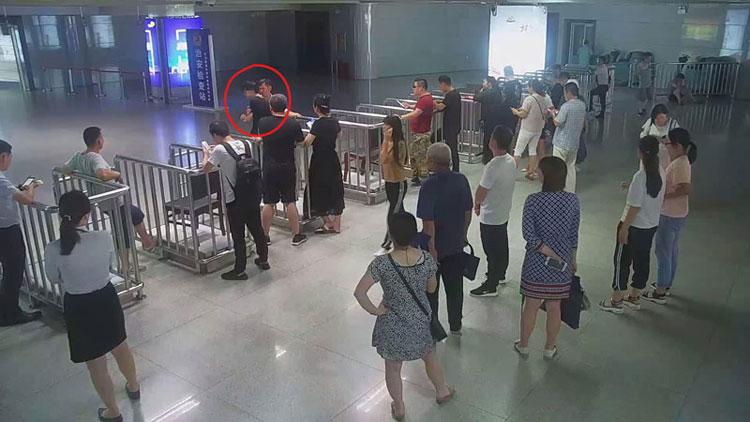 75秒丨男子精神异常强闯火车站 潍坊铁警成功稳控将其带回
