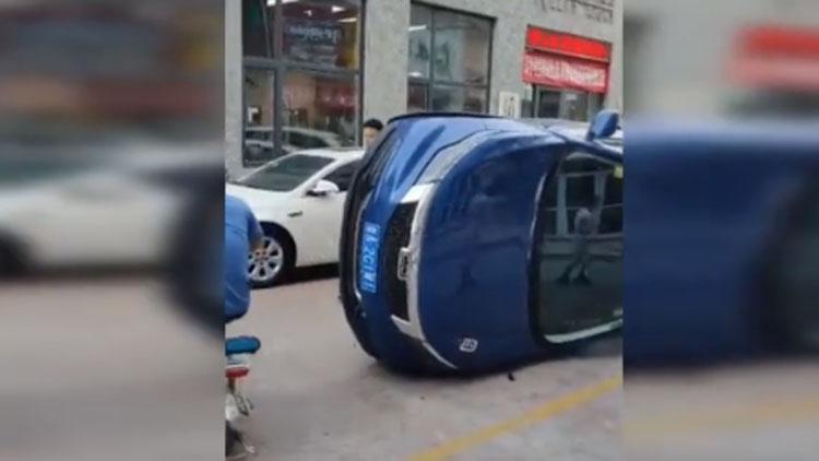 35秒丨判断失误or车技不熟?本想从两车之间穿过,没成想发生了撞车