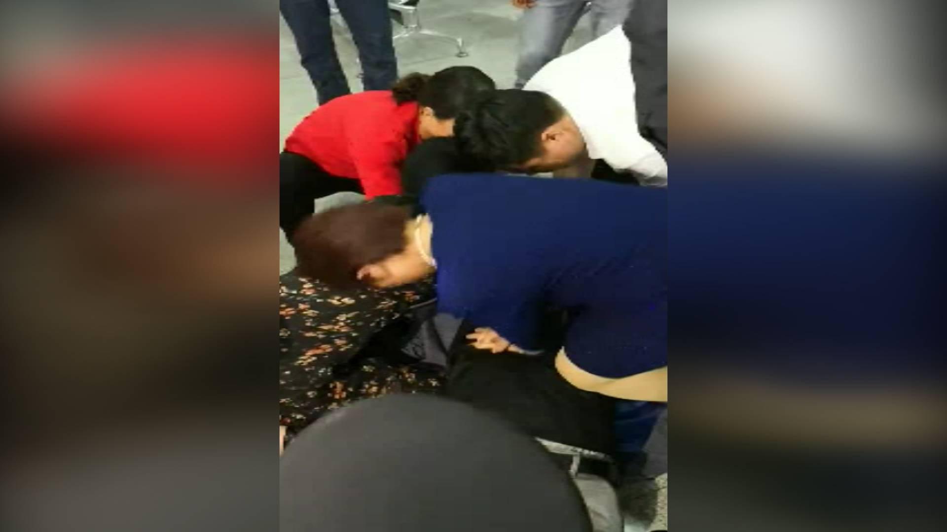 45秒丨西宁火车站一乘客突然晕倒 山东援青干部上演教科书式急救