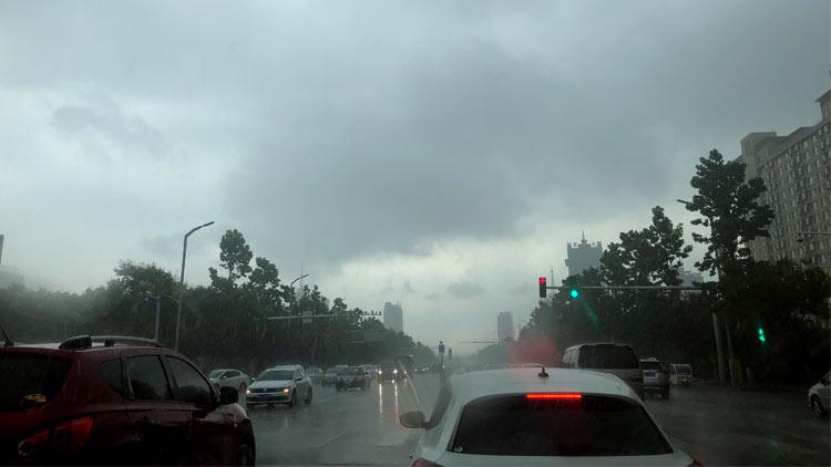 34秒丨大雨遇上早高峰 淄博不少市民受堵上班路