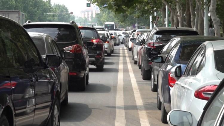 73秒丨潍坊人民医院周边小区停车乱收费现象被叫停 车位缺口巨大