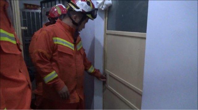 铁门反锁2人被困 淄博消防紧急破拆