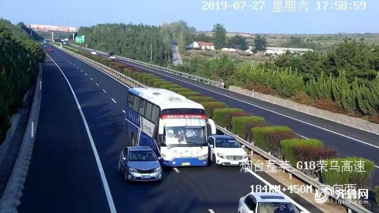 67秒丨山东女司机滞留高速行车道8分钟 交警:别管车了快下去!