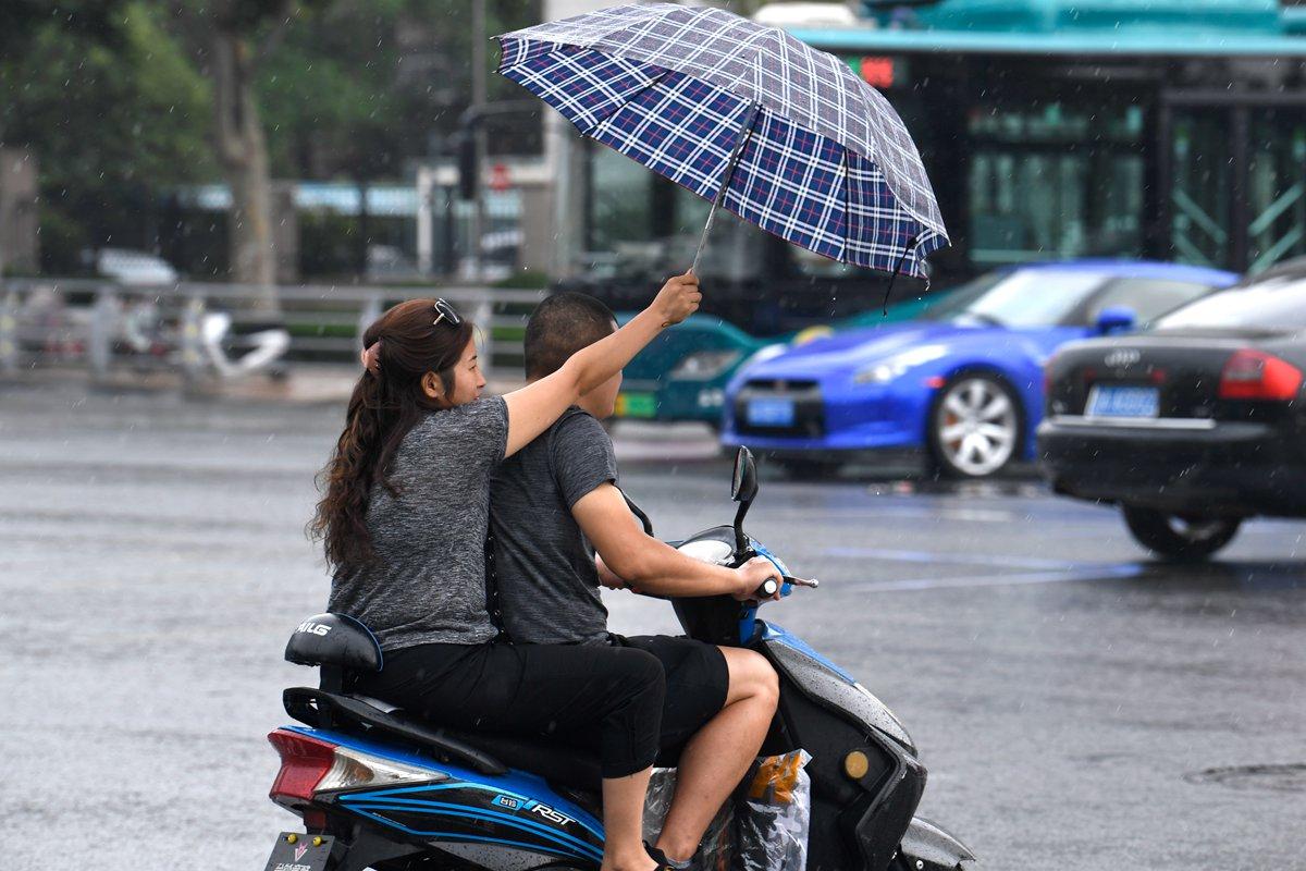 組圖丨午后濟南突降陣雨 措手不及的市民百態紛呈