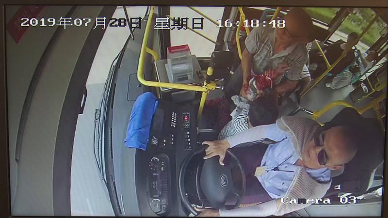 81秒丨路边老人受伤左手不停流血 淄博公交司机乘客热心相助