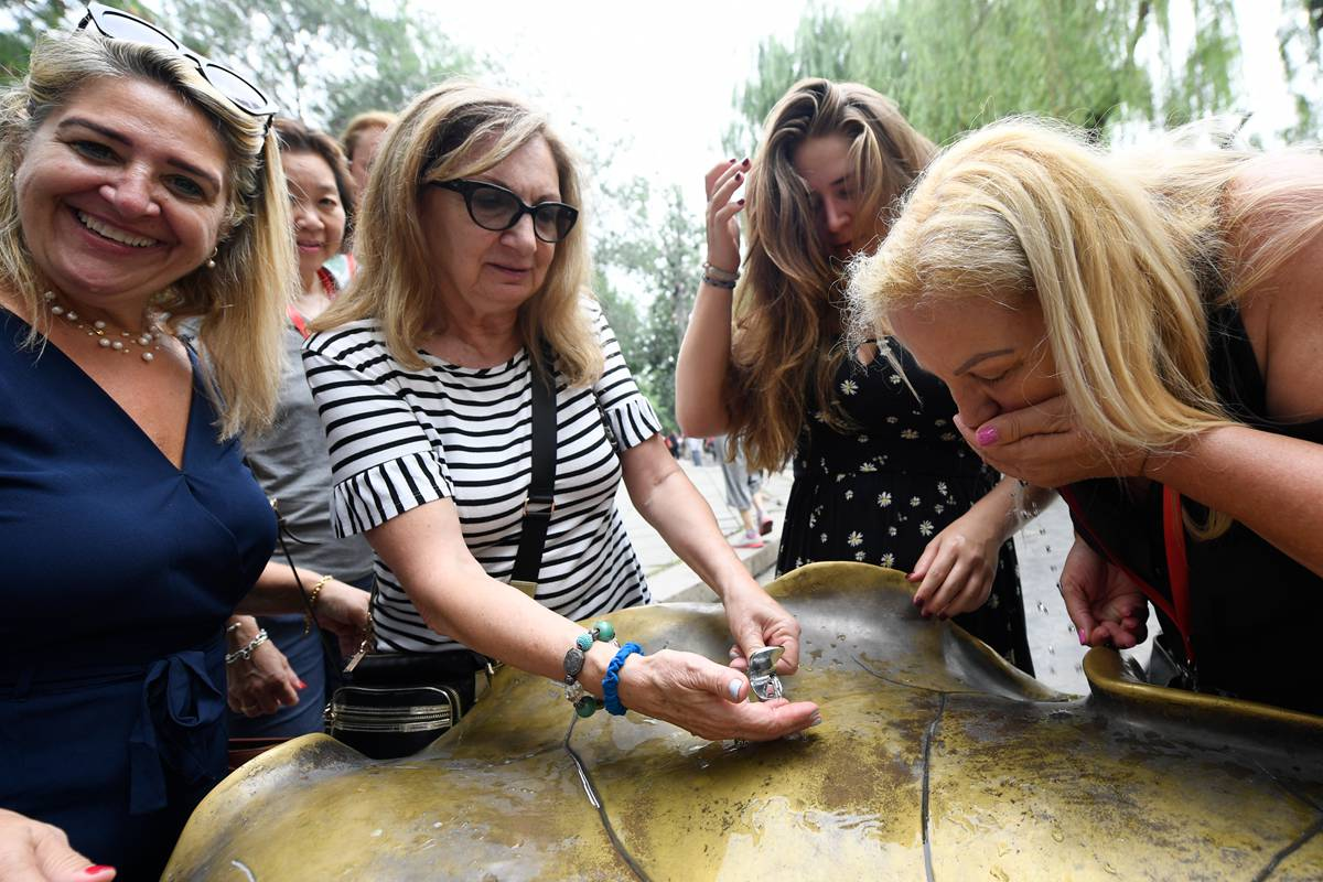 济南黑虎泉泉水取水点重新开放 游客争相品尝泉水