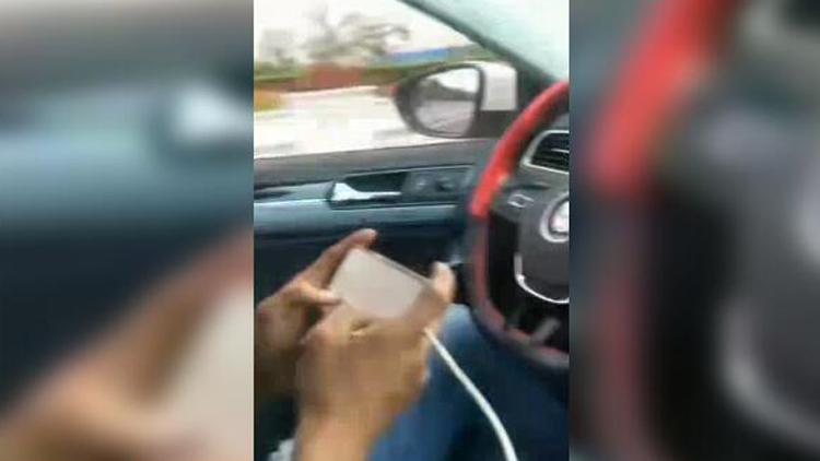 35秒丨沾化男子开车大撒把玩手机还发朋友圈炫耀 警方通报来了