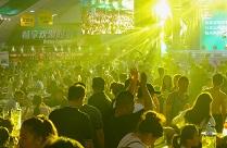 实拍青岛啤酒节火爆现场 市民、游客畅饮啤酒激情狂欢