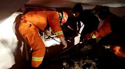 43秒丨3岁女童夜晚被困地下室大哭不止 消防员钻窗救人