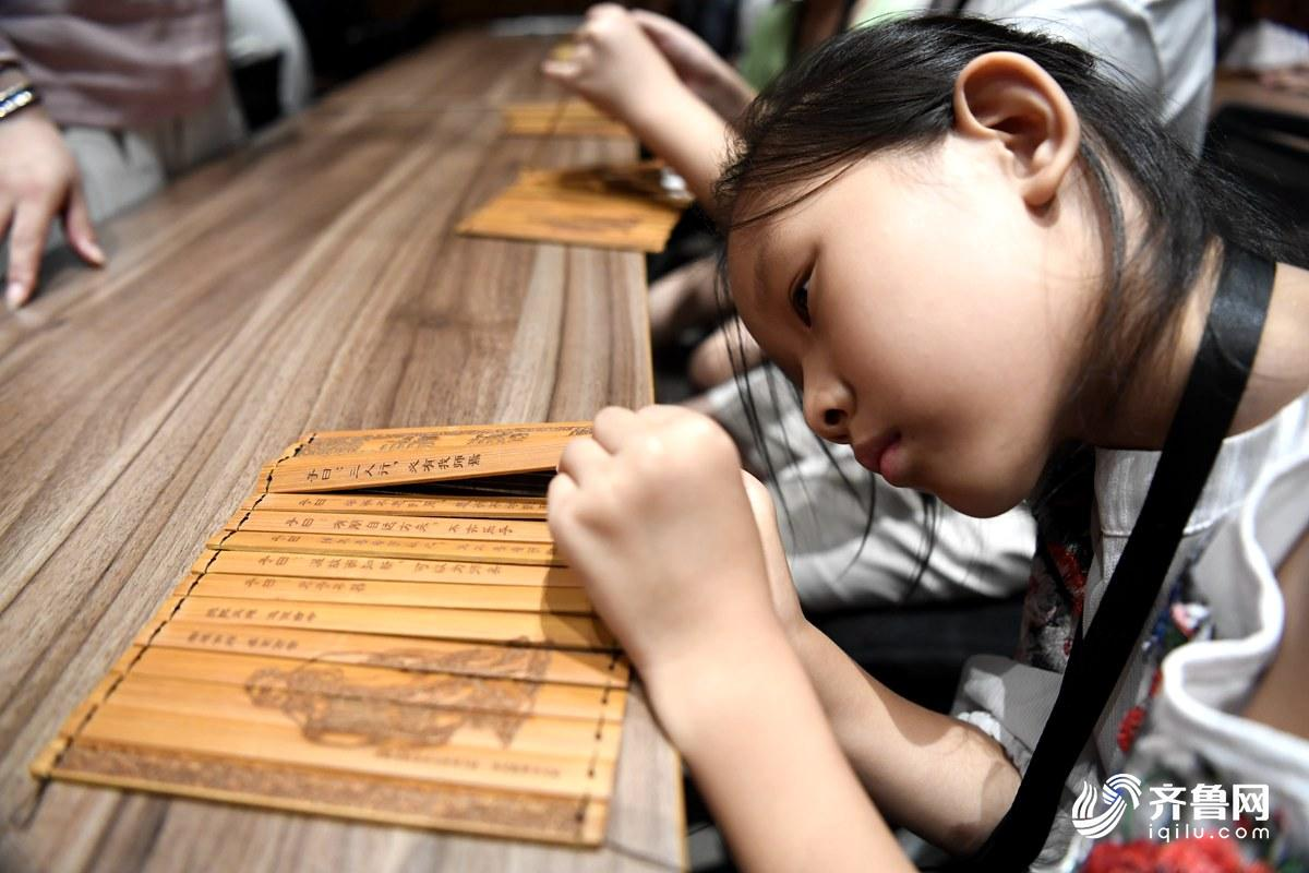 69秒|40名小学生提前探馆孔子博物馆 体验竹简古书制作感受传统文化_孔子频道_新闻_齐鲁网
