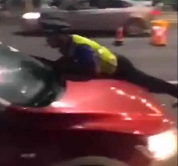 53秒|青岛一司机驾车闯卡冲顶执法人员50多米 已被刑事拘留