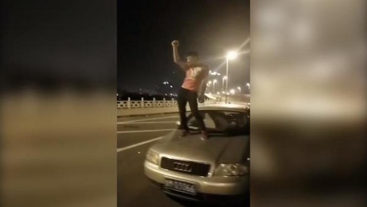 26秒丨滨州男子行车道上热舞被警察叔叔喊话:请到交警大队来一趟