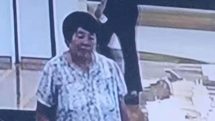 40秒丨光天化日下滨州这位老人竟然偷手机 身边还带着孩子