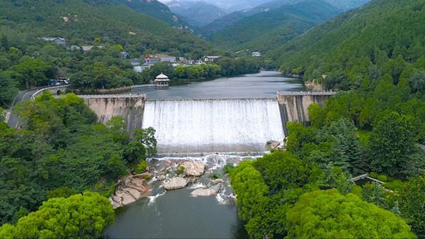 泰山今年首次出现龙潭飞瀑、云龙三现奇观,游客流连忘返