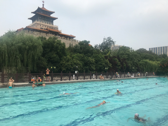 组图:济南泉水浴场重新开放 市民尽享夏日清凉