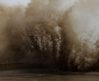 """30秒速看风力超16级的""""利奇马""""登陆 掀起暴雨巨浪"""