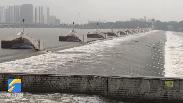 """21秒丨为应对""""利奇马"""" 世界最长橡胶坝临沂小埠东橡胶坝放水"""
