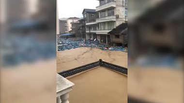 24秒丨台风入境检测站围墙被冲倒 数百只煤气罐漂浮在街道上