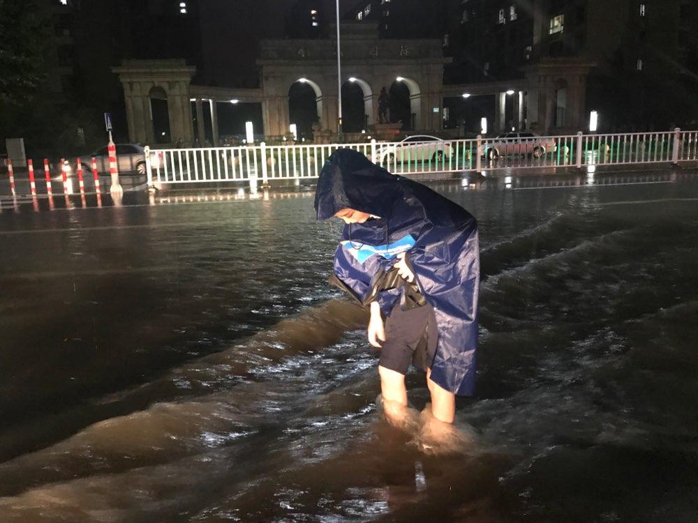 44秒丨追风行动到达潍坊临朐 城市路面积水将没过记者膝盖