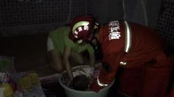 26秒丨暖心!暴雨后房屋被淹,一岁幼儿睡梦中被消防员轻轻转移
