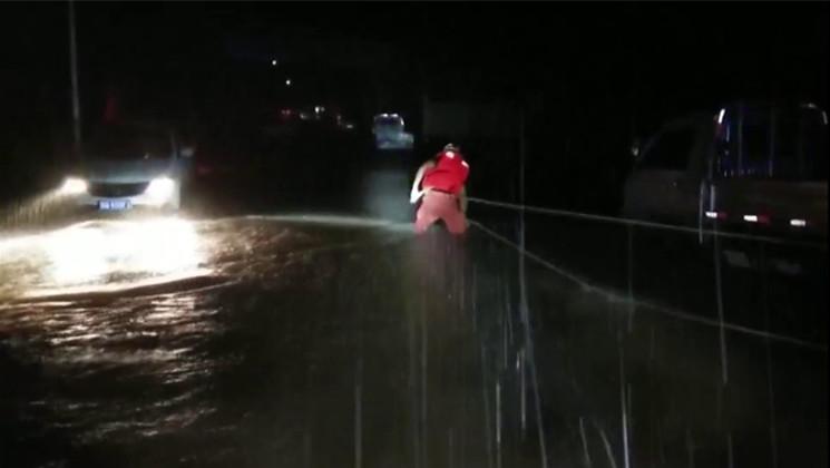 36秒|暖心!凌晨汽车被困河边 临沂消防队员紧急救援