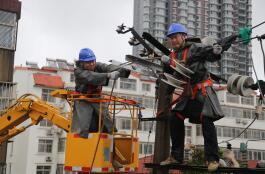 10千伏电线杆被砸中 临沂供电公司冒雨抢修恢复送电