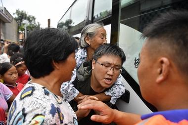 组图:兰陵花庄村燕子河倒灌致内涝严重 紧急疏散安置群众